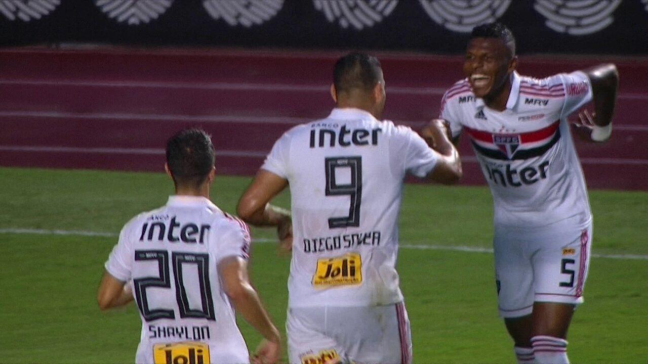 Gol do São Paulo! Diego Souza emenda belo voleio na área e abre o placar aos 30 do 1º