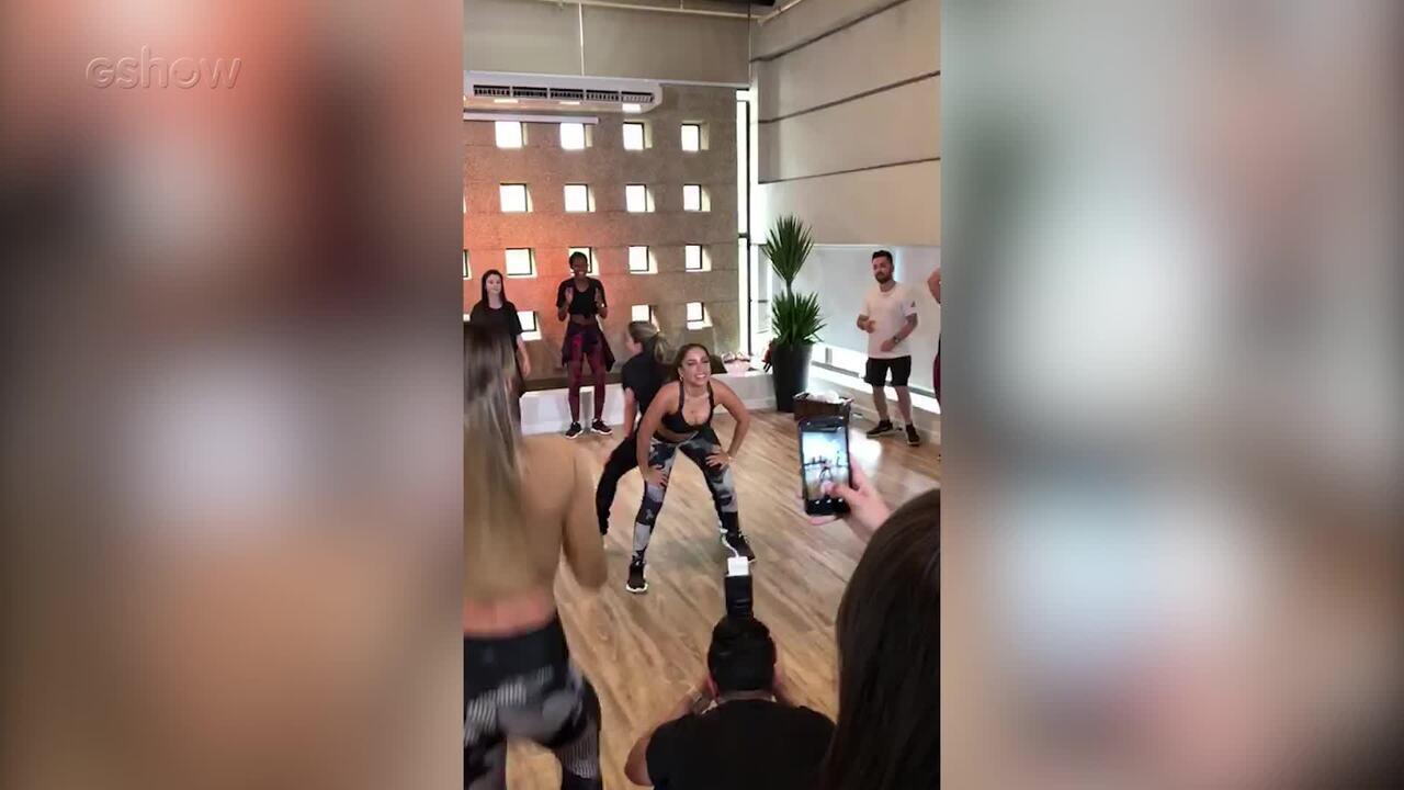 Mariana Ferrão e Anitta dançam funk nos bastidores do 'Dança dos Famosos'