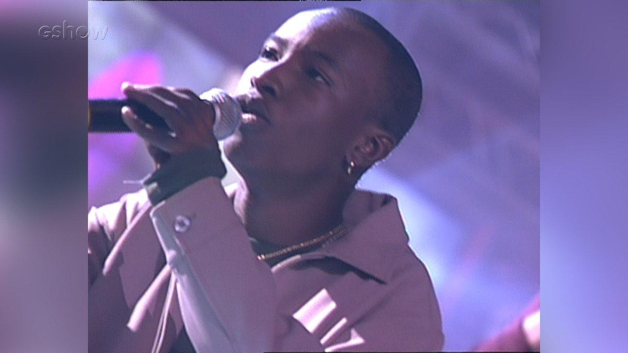 Reveja Thiaguinho e outros cantores participando do Fama em 2002