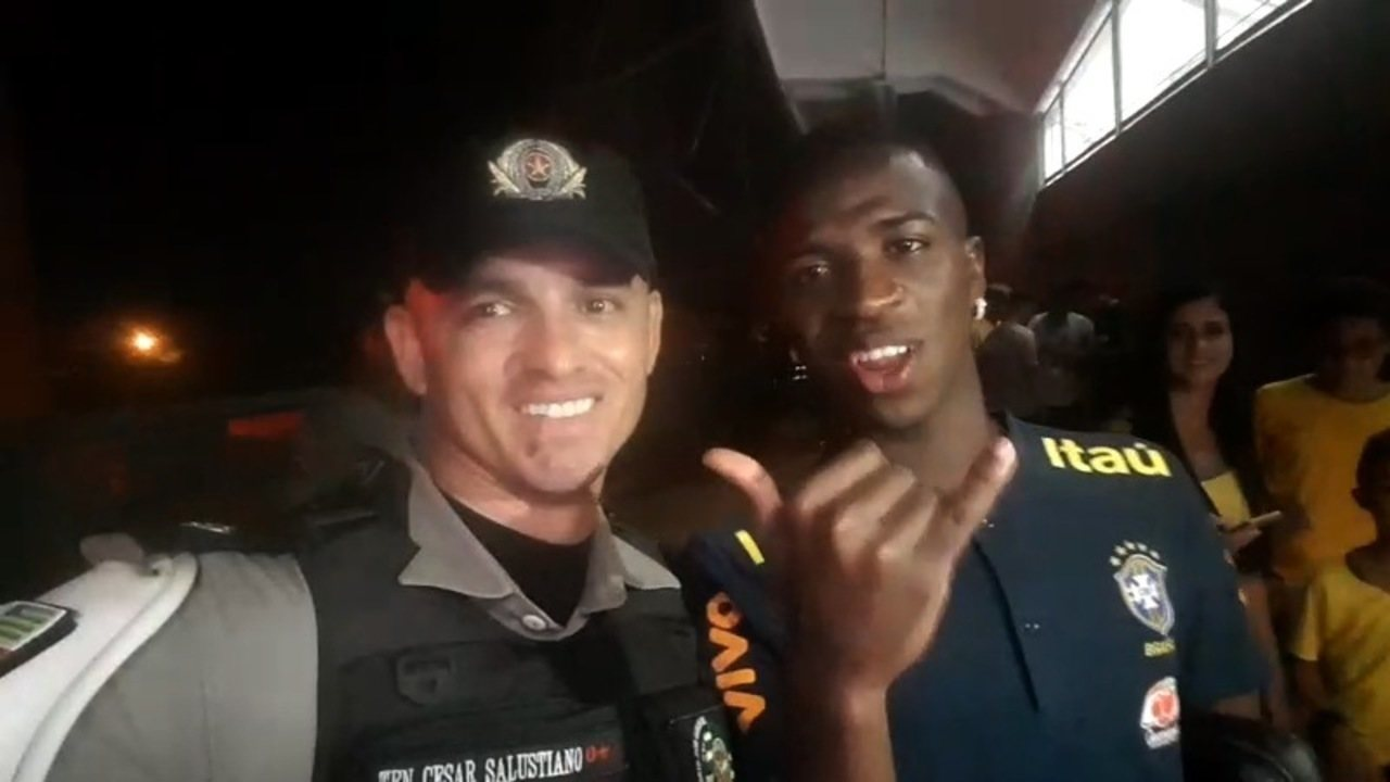 The police officer, who celebrated Goias' approach, stands next to Vinicius Junior and gets support