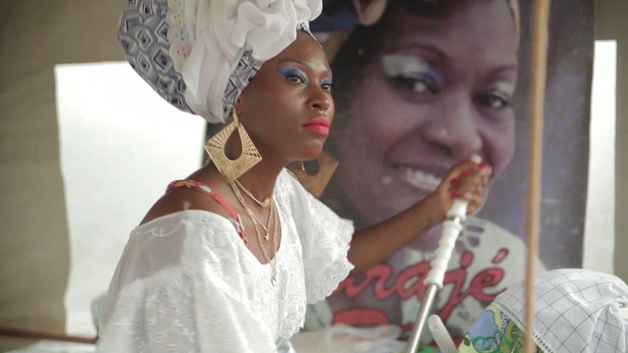 A atriz Rosa Espinheira descobre os segredos das tradições das baianas de acarajé