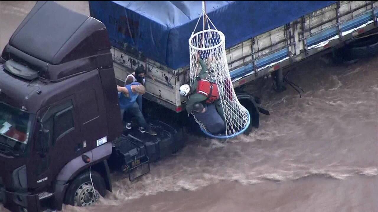 Bombeiros resgatam pessoas de caminhão ilhado após forte chuva em Santo André (SP)