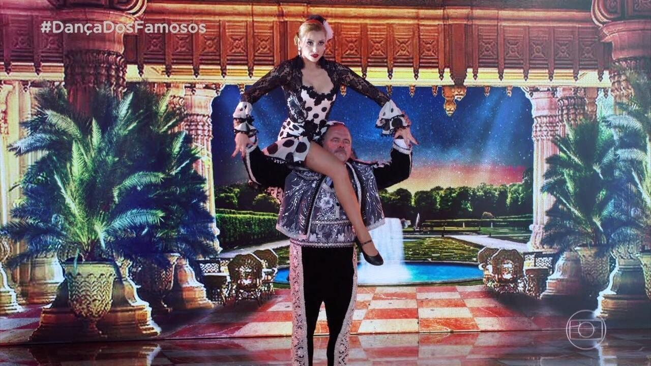 Leo Jaime e Larissa Parison dançam o paso doble