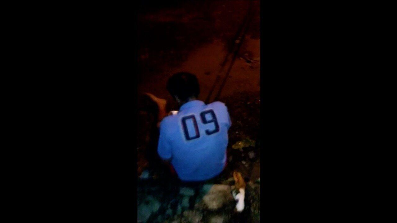 Jovem é preso após filmar momento em que esfaqueia e mata homem sentado na calçada