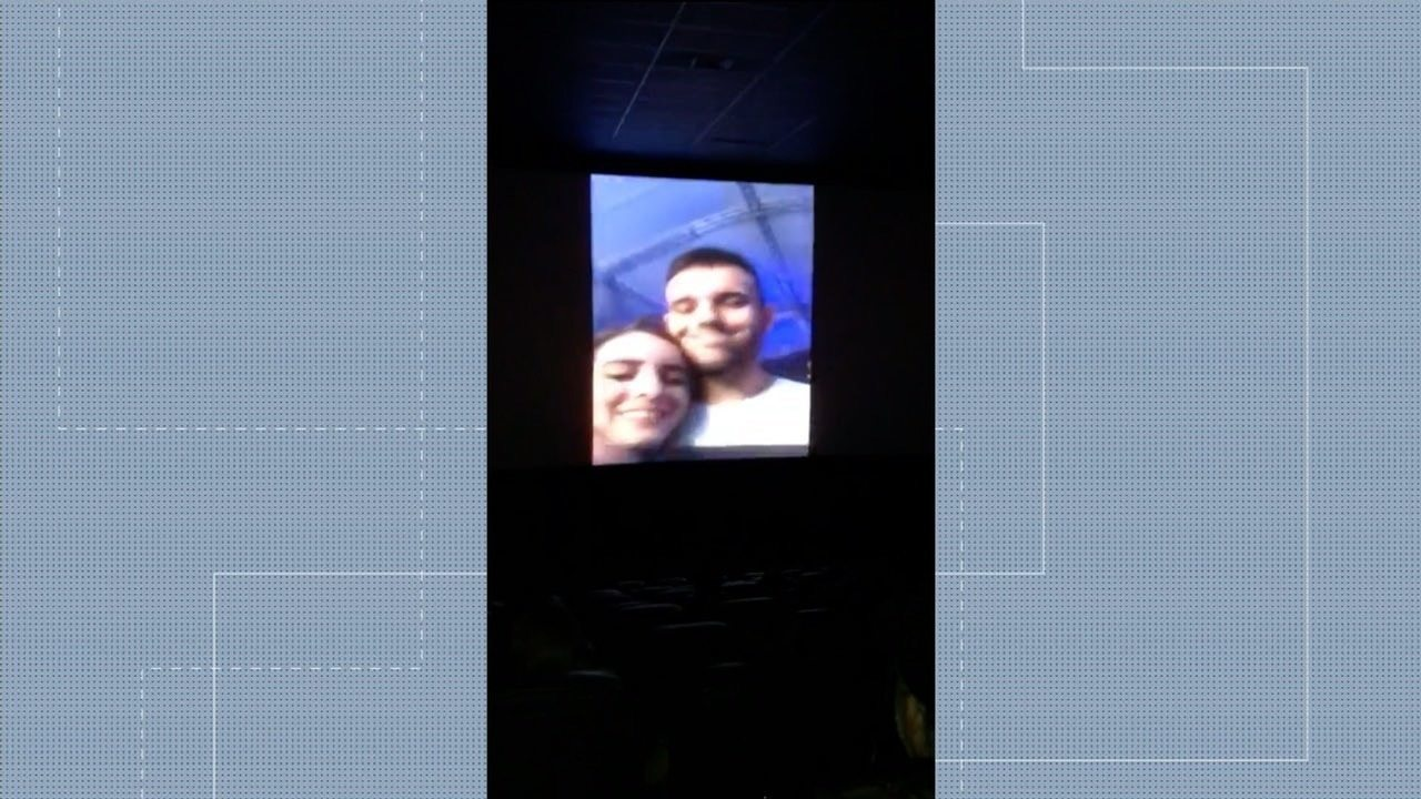 Jovem pede estudante em namoro em vídeo exibido em telão de cinema, em Goiânia