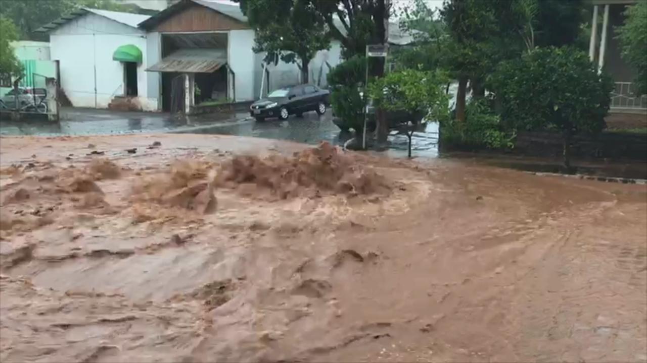 Chuva causa transtornos em Nova Bassano, na Serra