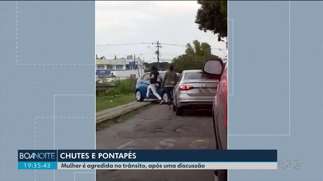 Mulher é agredida por duas pessoas durante uma briga no trânsito