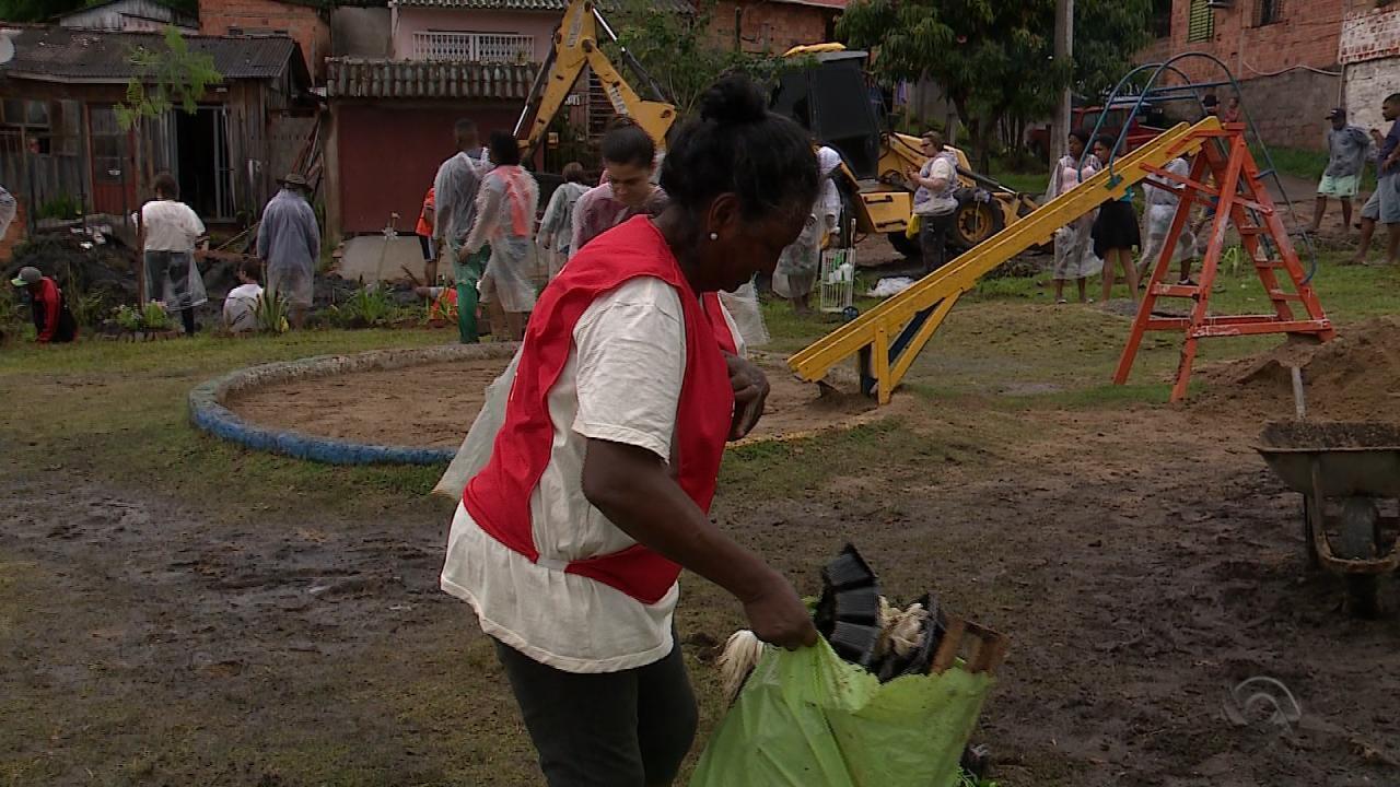 Organizados em mutirão, comunidade do bairro Bom Jesus, em Porto Alegre, restaura praça