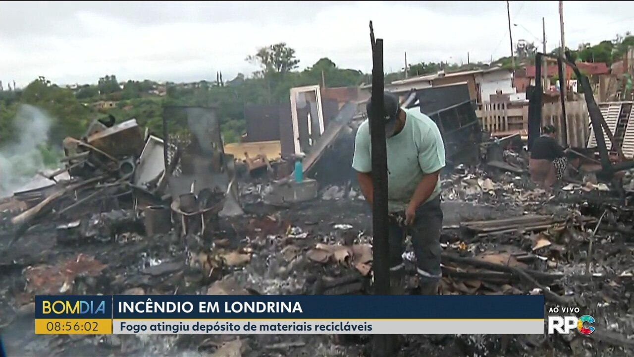 Fogo atinge depósito de recicláveis em Londrina