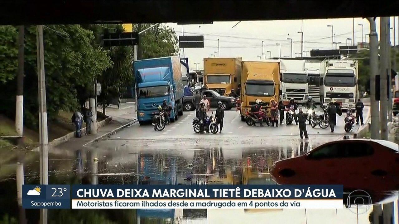 Motoristas ficam ilhados em quatro pontos da Marginal Tietê