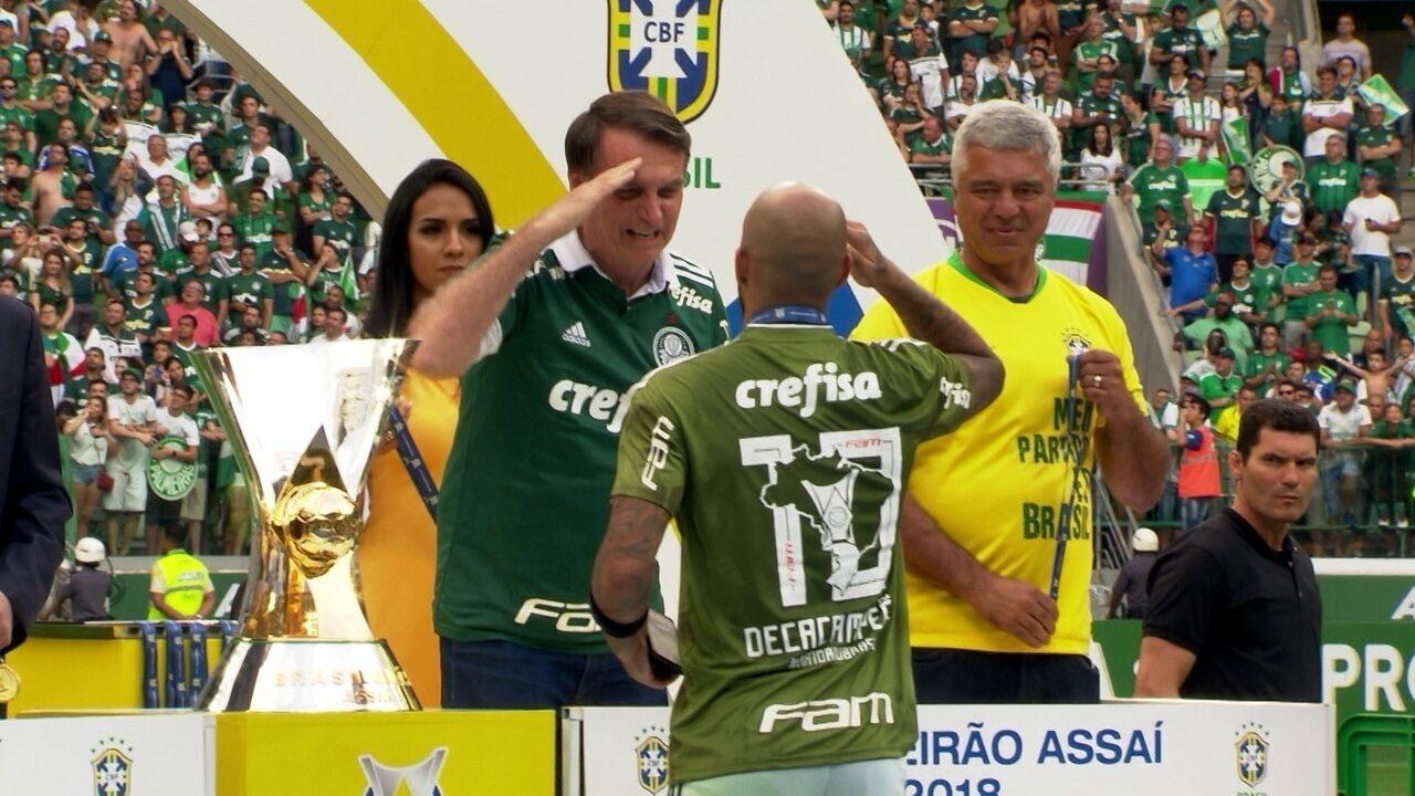 Presidente eleito Jair Bolsonaro entrega medalha de campeão aos jogadores do Palmeiras
