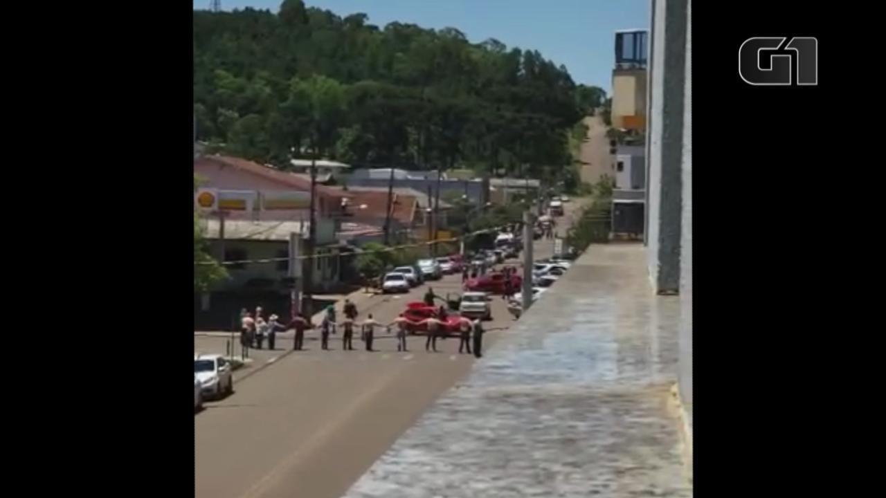 Criminosos assaltam agências bancárias e lotérica e fazem reféns em Ibiraiaras