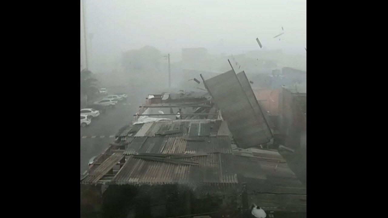 Chuva forte e ventania destelham imóvel em Lauro de Freitas