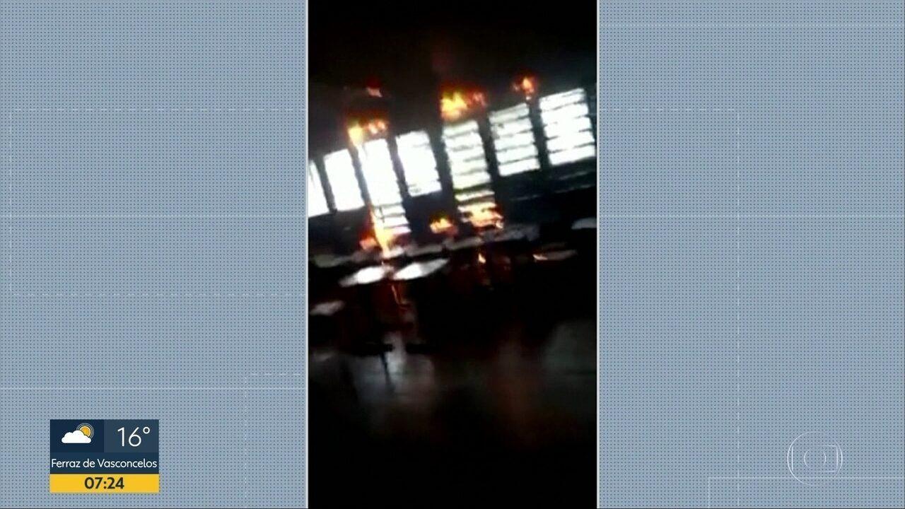 Alunos colocam fogo em carteiras e cortinas de escola em Osasco