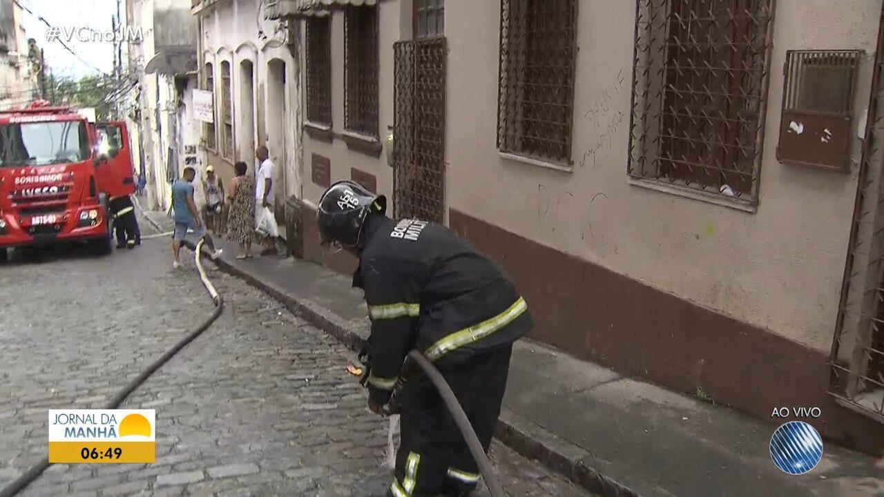 Incêndio atinge prédio no bairro Dois de Julho em Salvador