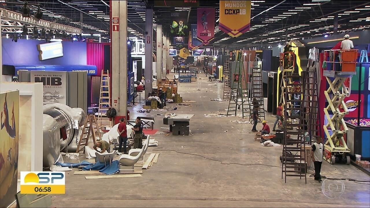 Pessoas passam a madrugada trabalhando na montagem da CCXP 2018