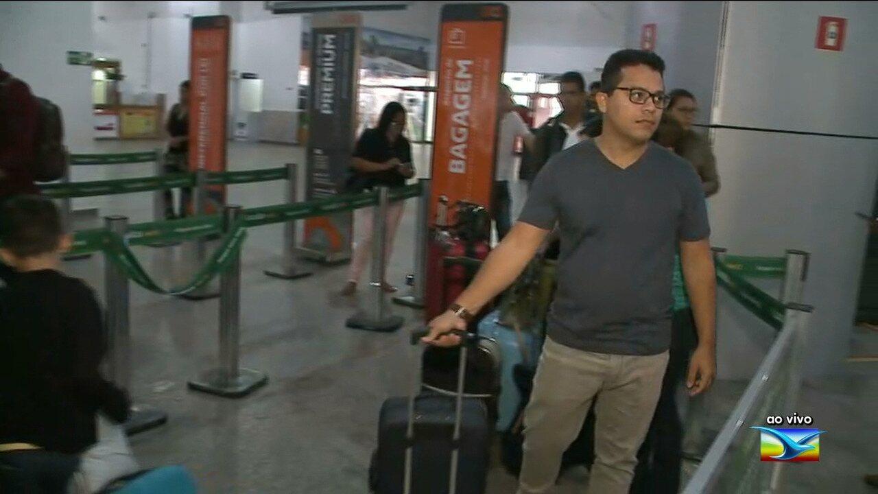 Passageiros tentam remarcar voos após baixa visibilidade em aeroporto em São Luís