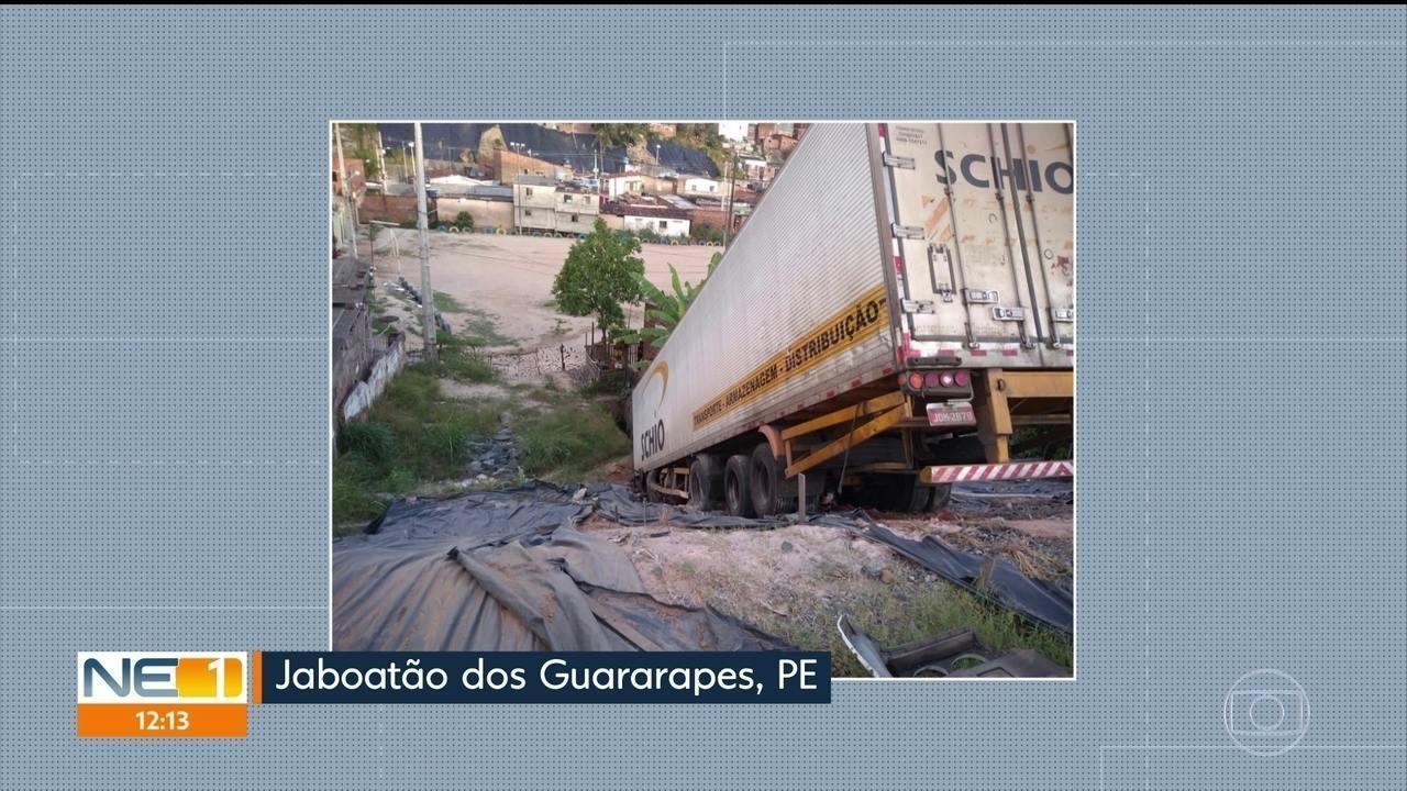 Caminhão cai em ribanceira em Jaboatão dos Guararapes, no Grande Recife