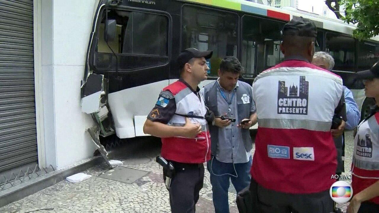 Ônibus invade agência bancária no centro do Rio e sete pessoas ficam feridas