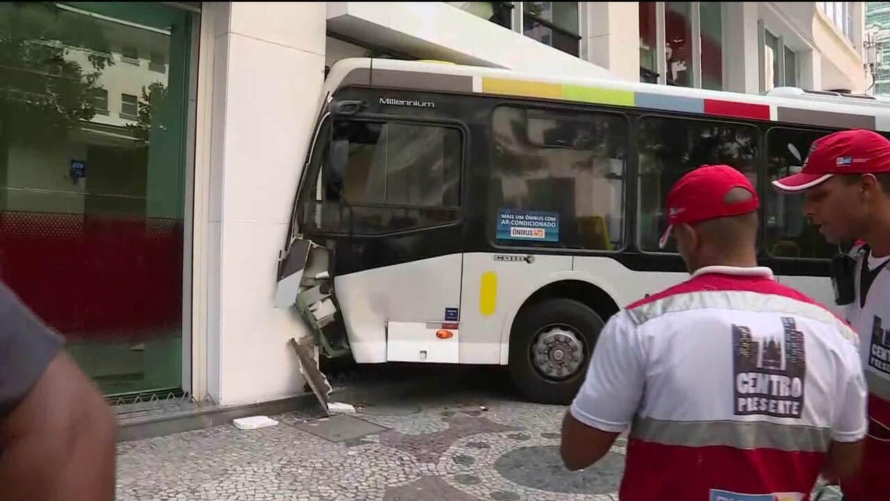 Ônibus invade agência bancária e deixa pelo menos 6 feridos no centro do Rio