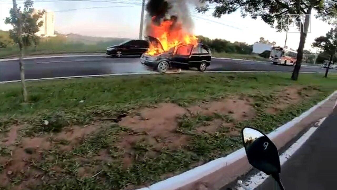 Carro pega fogo na Avenida Nações Unidas em Bauru
