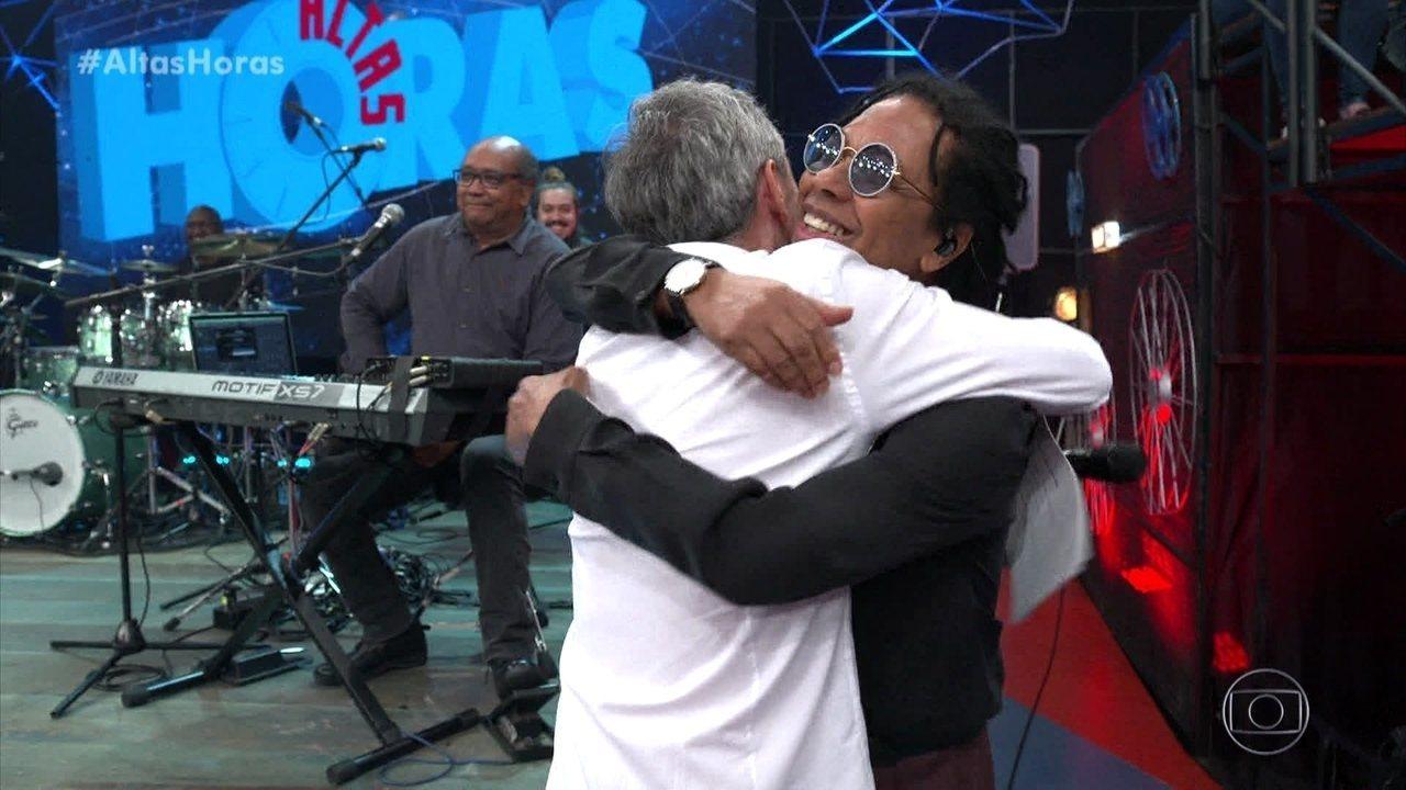 Serginho apresenta convidados e recebe Djavan no palco