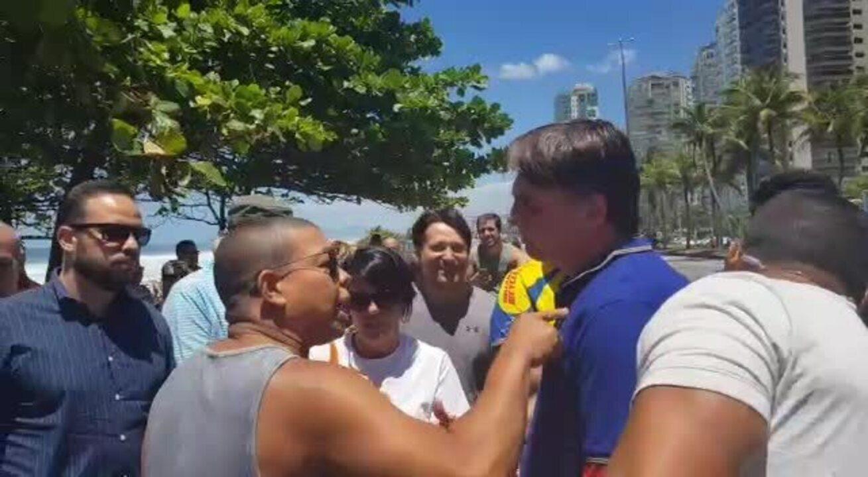 Bolsonaro posa para fotos com simpatizantes na praia, neste domingo (9), no Rio
