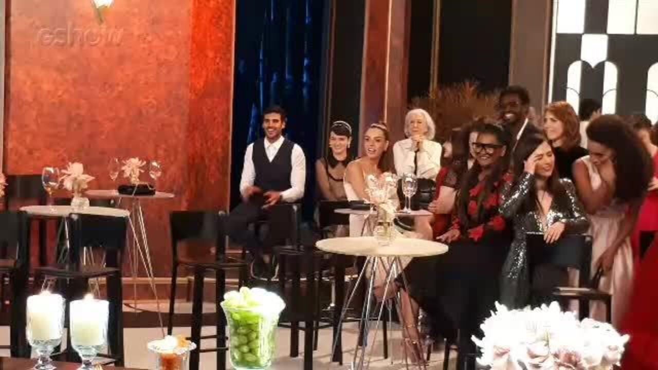 Bianca Bin manda beijo para Sergio Guizé nos bastidores do 'Troféu Domingão 2018' durante agradecimento pelo prêmio na categoria Ator de Novela