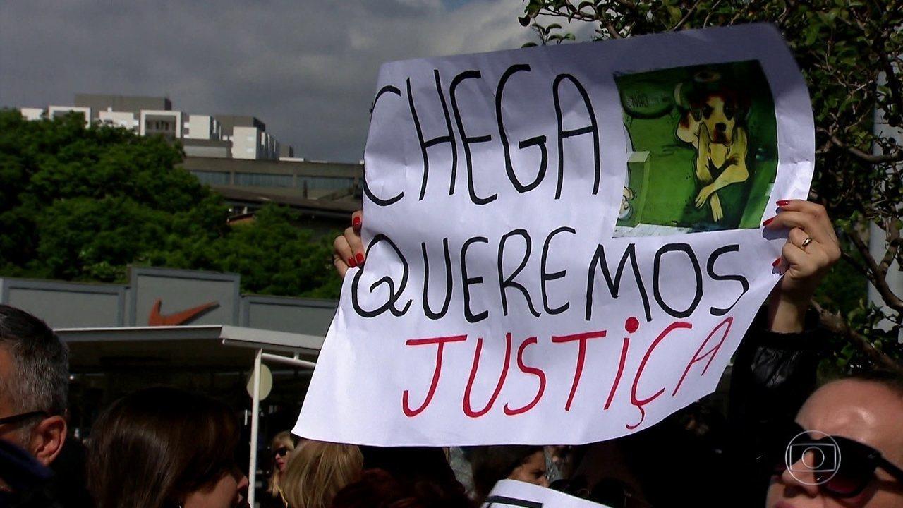 Morte de cachorro a pauladas em supermercado de SP gera protestos e indignação pelo país