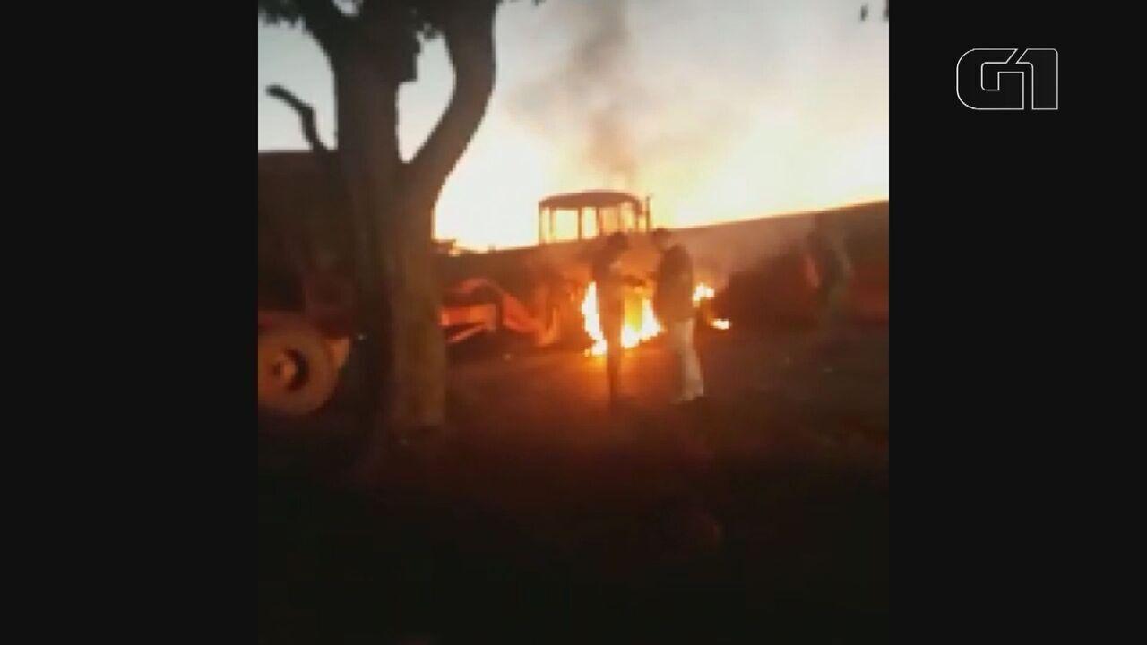 Ladrões de banco queimaram trator para dificultar perseguição da PM em Tambaú