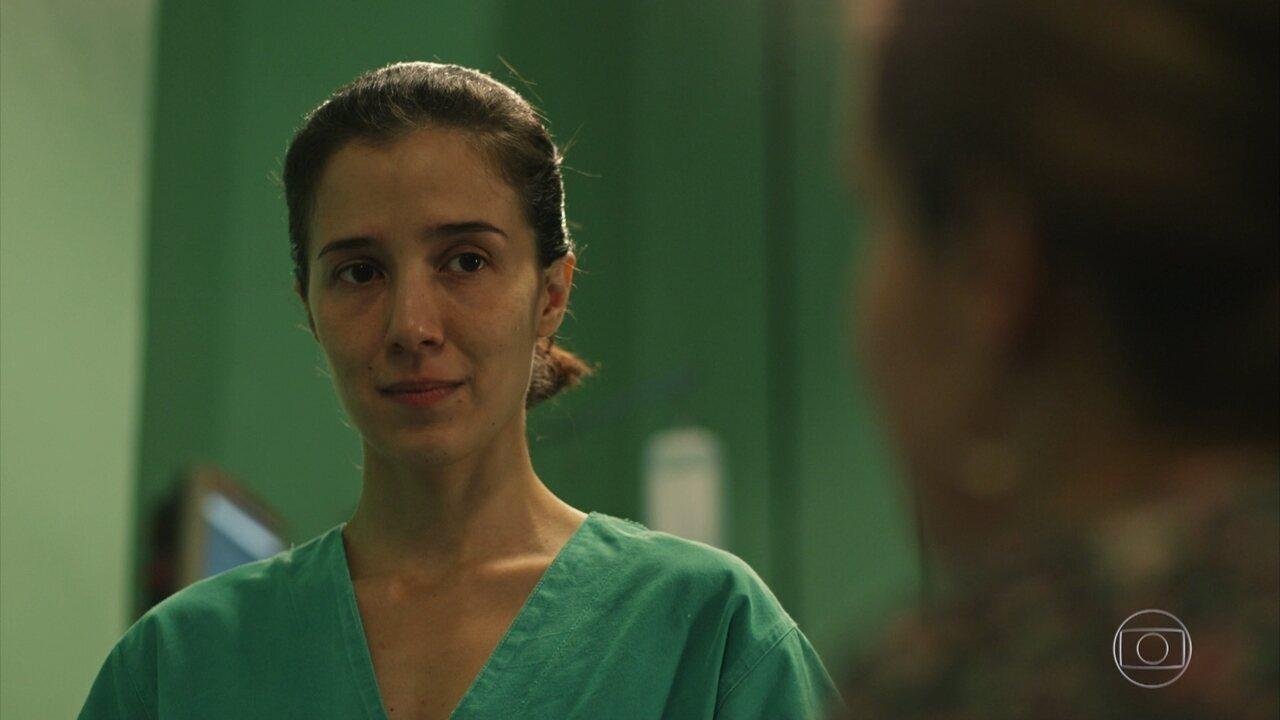 Carolina salva a pequena Laís e Evandro tem crise