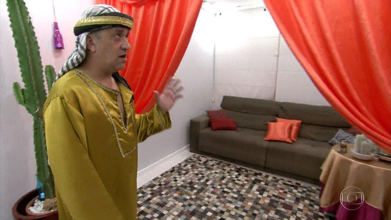 Luciano mostra a decoração para o jantar marroquino