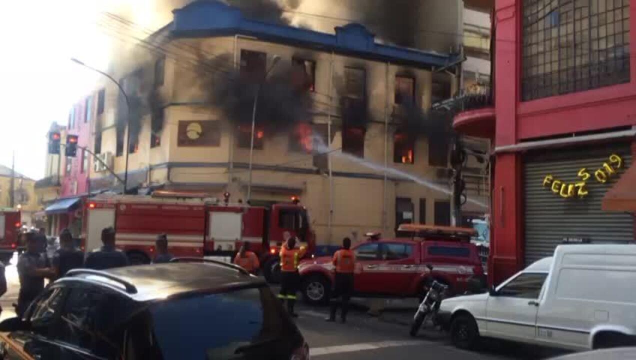 Incêndio atinge prédio na região da Rua 25 de Março (Imagens: Abrão Cruz/TV Globo)