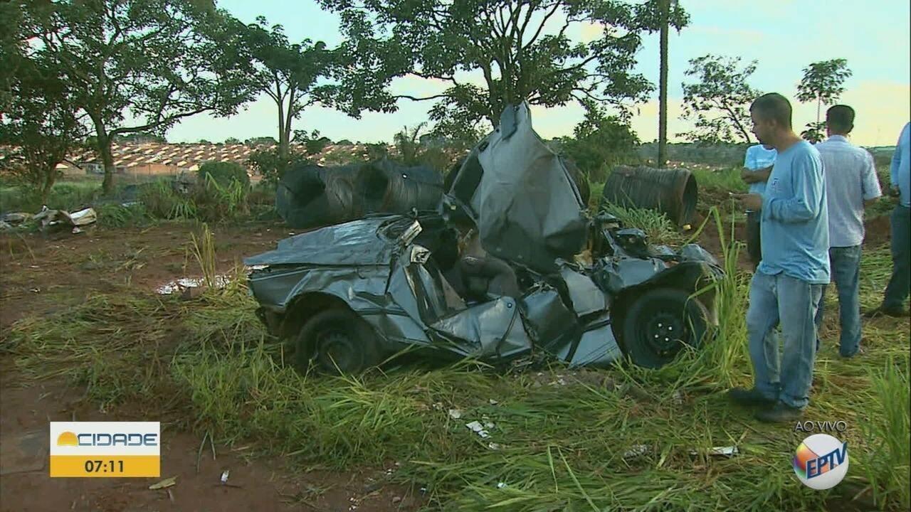 Carreta tomba sobre dois carros e mata 6 pessoas em Batatais, SP