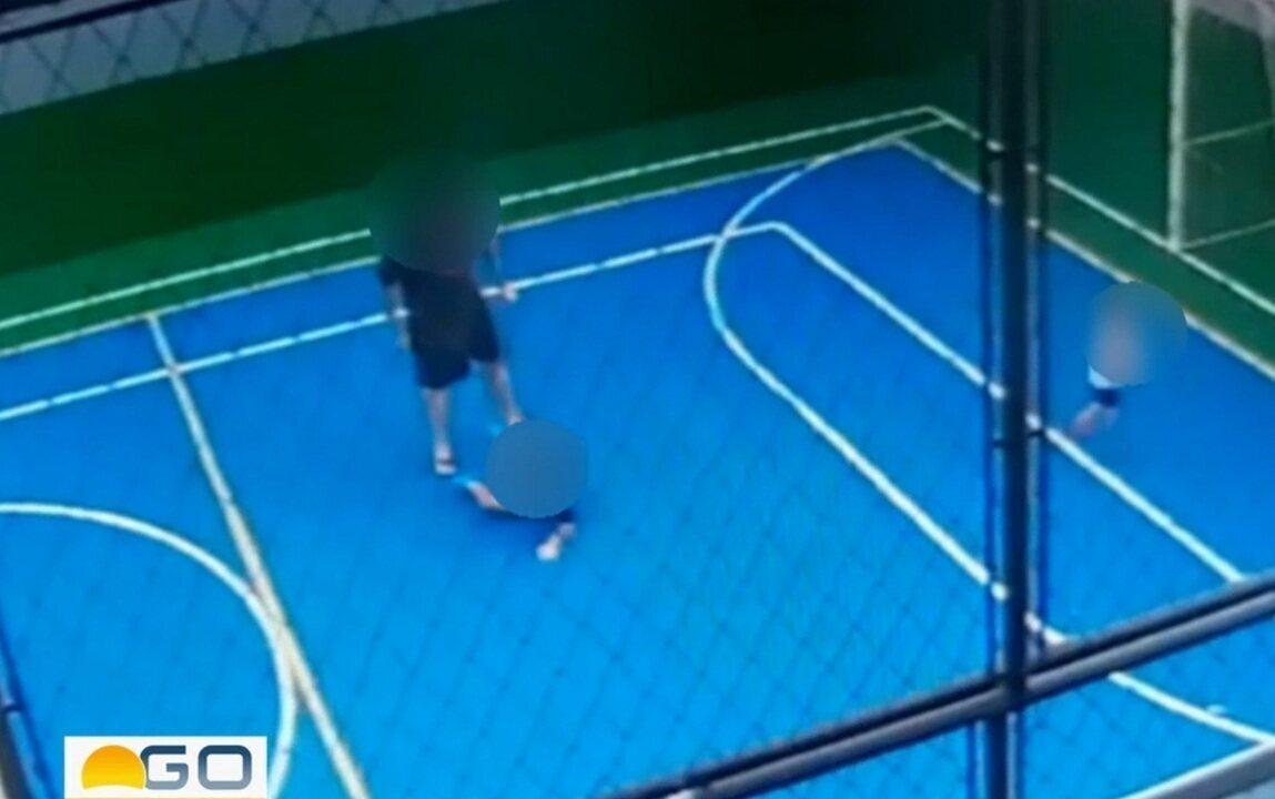 Homem é flagrado jogando criança no chão em quadra de prédio em Goiânia