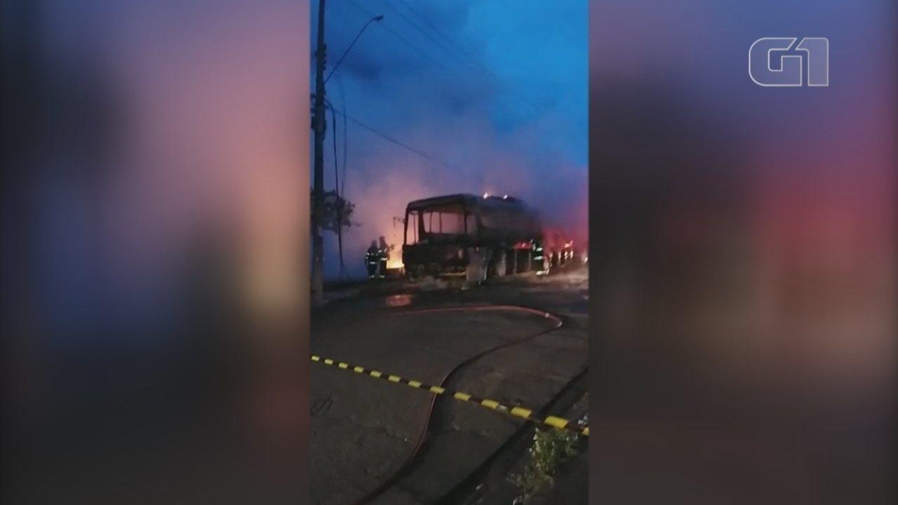Ônibus pega fogo e mobiliza Corpo de Bombeiros em Marília