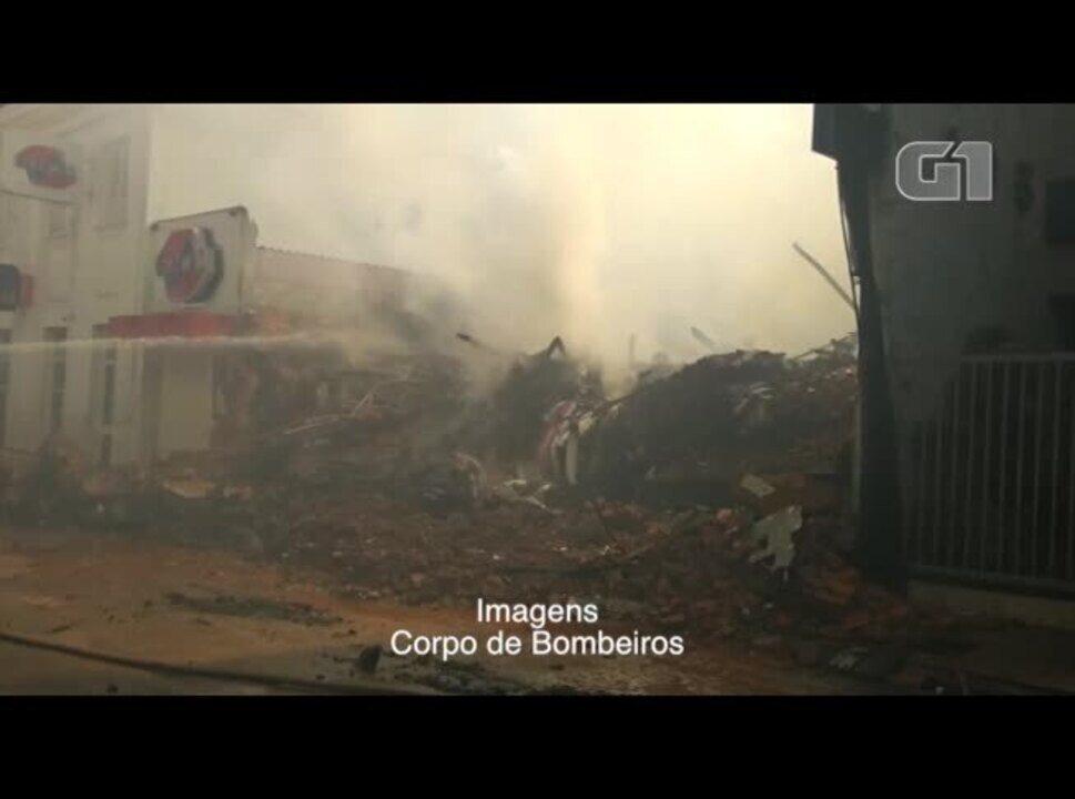 Vídeo mostra bombeiros combatendo as chamas na manhã desta quarta