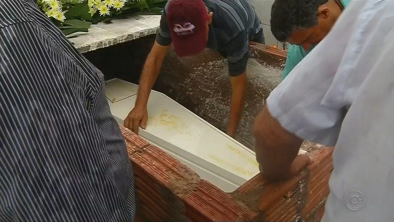 Corpo de criança que morreu após ser agredida pela mãe é enterrado em Valentim Gentil