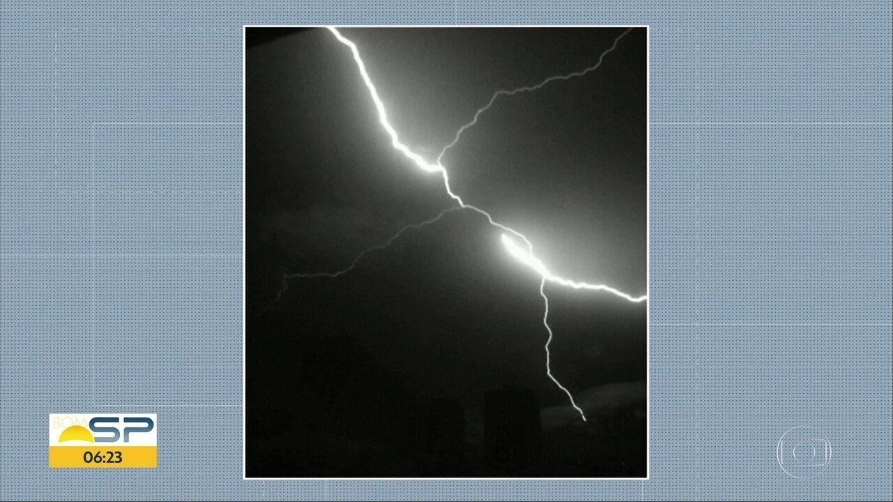 Pesquisador do INPE tira foto de raio ascendente