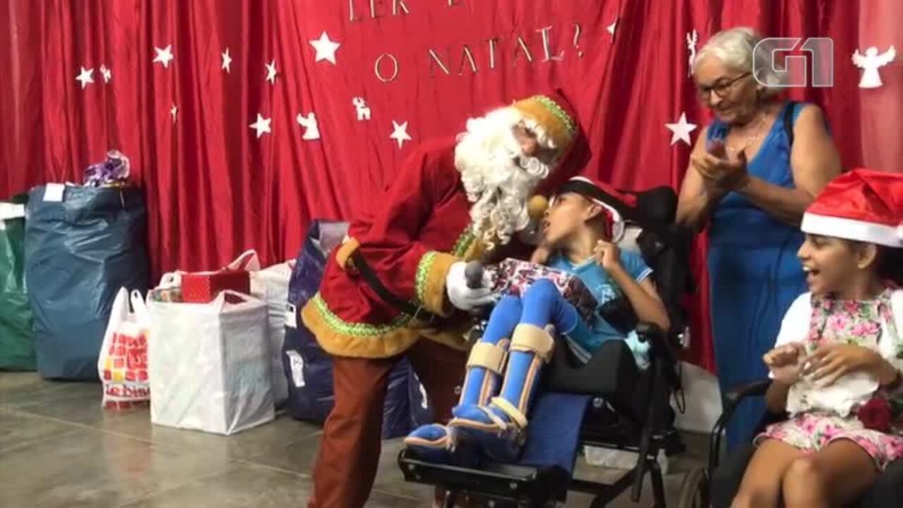 Resultado de imagem para Papai Noel dos Correios faz entrega de presente em escola da Zona Sul de Teresina