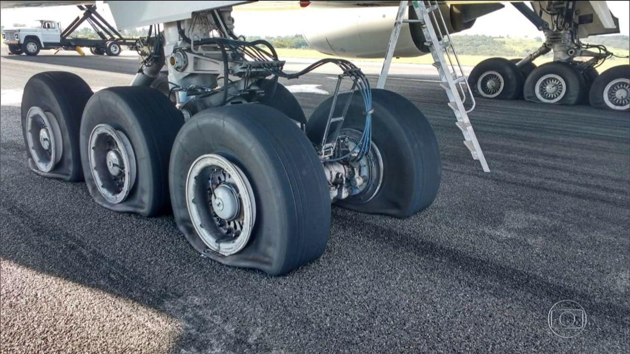 Avião da Latam faz pouso de emergência e fecha aeroporto em MG