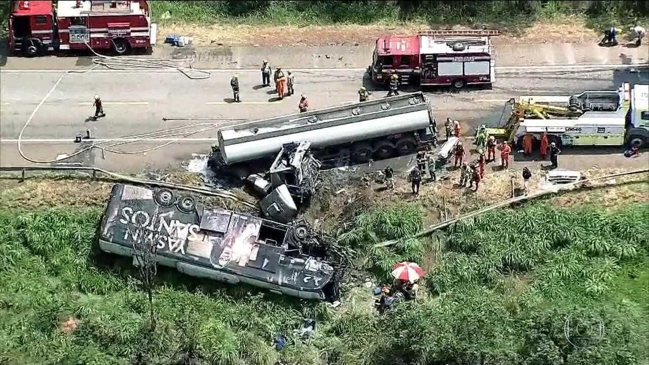 Resultado de imagem para Acidente entre caminhão-tanque e ônibus fecha BR-40 na altura de Cristalina