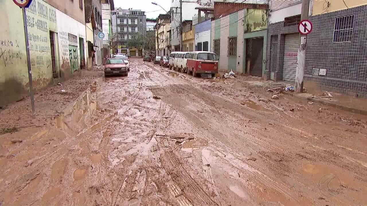 Limpeza de locais afetados pela chuva é realizada na terça de Natal em Juiz de Fora