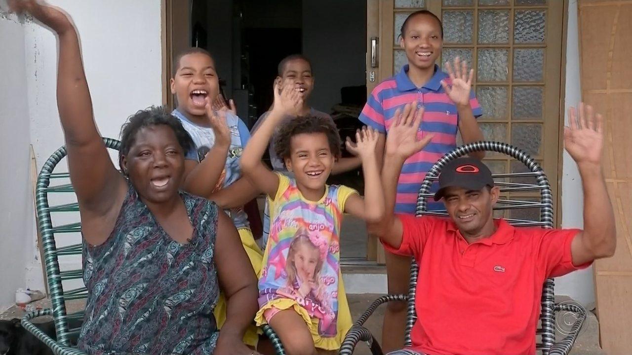 Mãe de sete filhos recebe 'onda' de solidariedade após devolver carteira com R$ 500