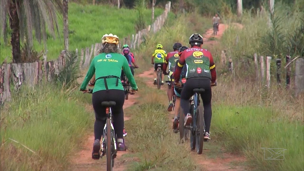 Ciclistas realizam trilha na Chapada das Mesas