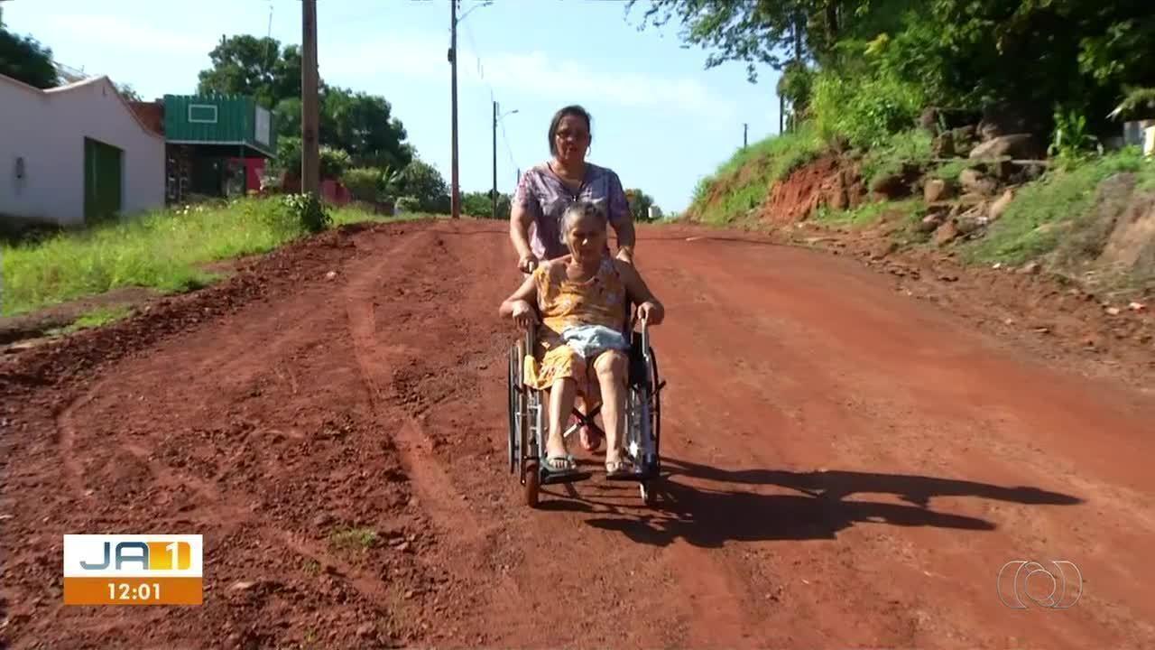 """Resultado de imagem para """"Na semana passada, eu vindo para igreja, fui passar ali e fiquei enganchado. Até que passou uns minutinho e passou alguém para me tirar do buraco"""", conta o autônomo Welder Luís Barbosa, que usa uma cadeira motorizada."""