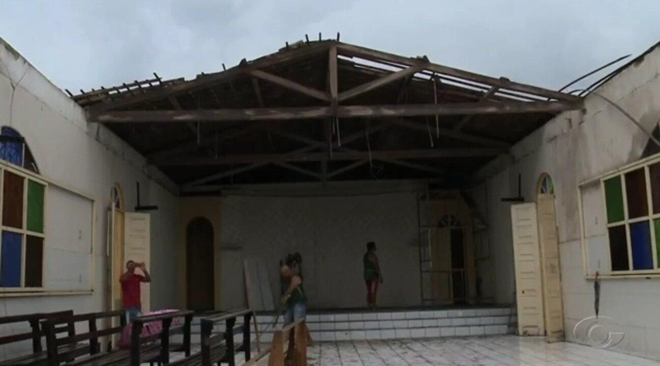Parte de teto de igreja desaba em Flexeiras
