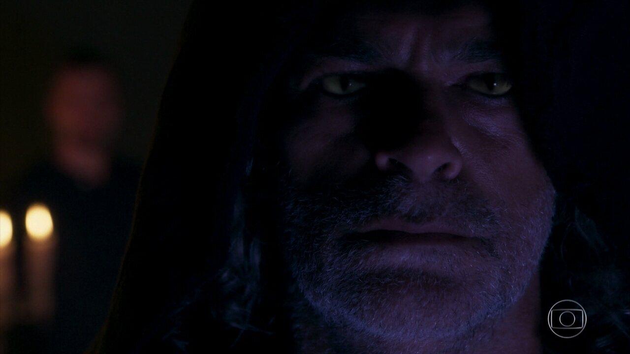 Gabriel entra na sala dos guardiães e encontra León em sua forma humana