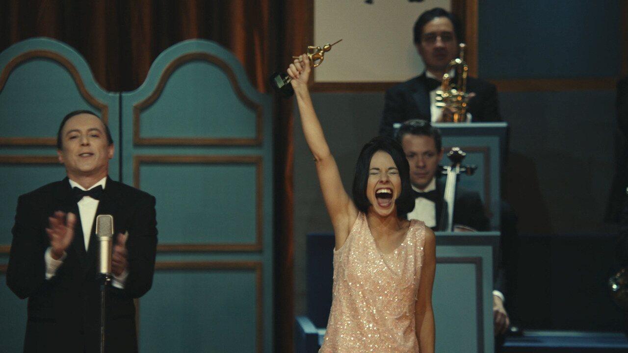 Elis Regina ganha prêmio por 'Arrastão'