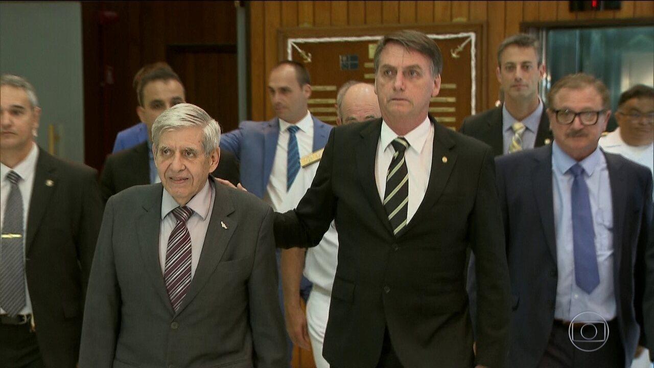 Bolsonaro analisa proposta que flexibiliza posse de arma